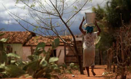 Rita carry a bucket of water on her head