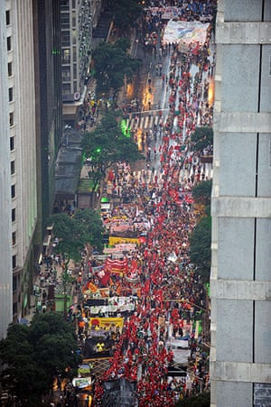 """rio+20: activists taking part in the """"Global March"""" along Rio Branco"""