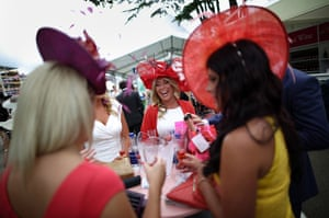 ladies day at ascot : Ladies drink champagne