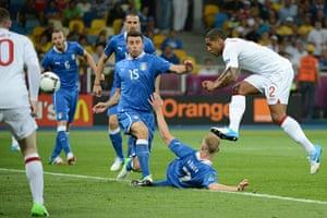 sport3: English defender Glen Johnson (R) shoots