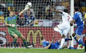 sport3: Italian goalkeeper Gianluigi Buffon (L)