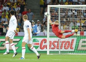 sport3: English goalkeeper Joe Hart dives during