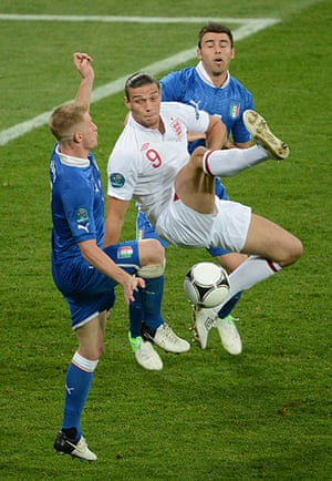 sport11: English forward Andy Carroll (C) vies wi