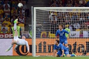 sport13: English forward Wayne Rooney (L) perform