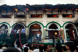24 hours: Srinagar, India: Kashmiri residents try to put out a fire