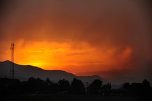 24 hours: Colorado, US: The sun sets as a wildfire continues to burn