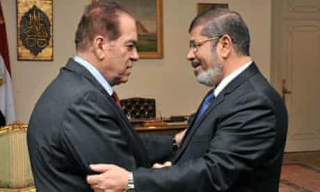 mohamed morsi shakes hands