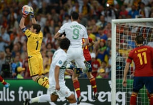 sport2: Spanish goalkeeper Iker Casillas (L) cat