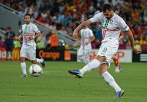 sport7: Portuguese forward Hugo Almeida (R) stri