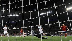sport11: Spanish midfielder Andres Iniesta (R) cr