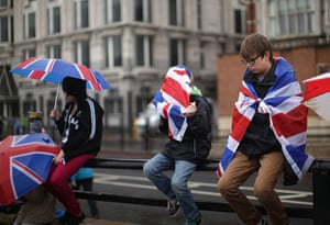 Jubilee pageant update: Revellers arrive early to secure their position near Blackfriars Bridge