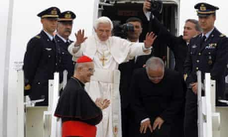 Pope Benedict XVI ends his visit to Milan