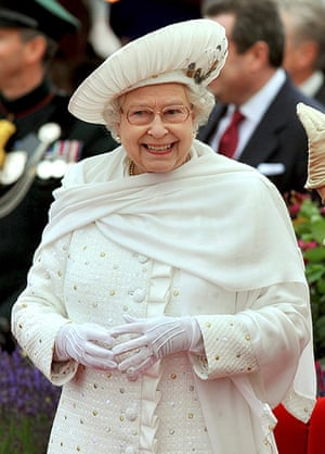 Jubilee fashion: The Queen at the jubilee river pageant