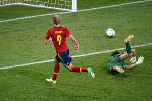 sport16: Spanish forward Fernando Torres (L) scor
