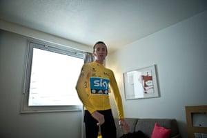 Wiggins: Bradley Wiggins in yellow jersey