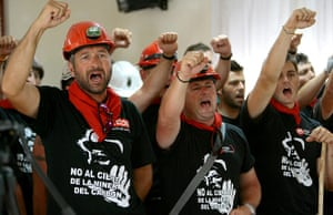 Longer view miners: Miners from Teruel raise their fists on arrival at Azuqueca de Henares