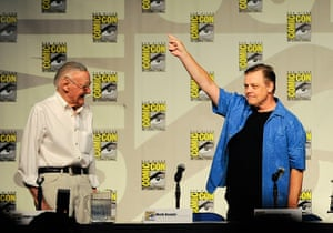Comic con: Mark Hamill points to the crowd with Stan Lee
