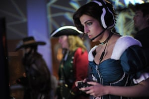 Comic con: A costumed guest plays Assassin's Creed III