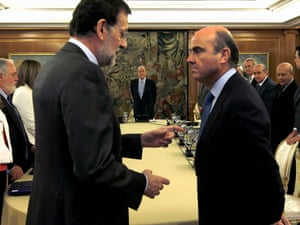 Spain's prime minister Mariano Rajoy (front L) speaks to economy minister Luis de Guindos (front R) before today's cabinet meeting. Photo: Reuters/J.J. Guillen/Pool