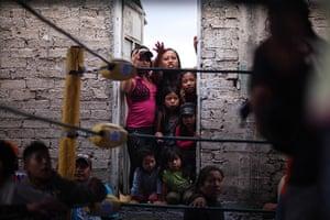 Lucha Libre, Mexico: Fans squeeze between two walls to watch a Caravan Super Tarin