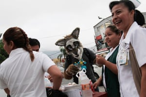 Furros Nuevo Leon: Yote talks to a group of nurses outside a hospital