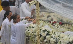 Rajesh Khanna funeral: Bollywood actress Dimple Kapadia travels in a float bearing the coffin