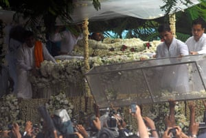 Rajesh Khanna funeral: Akshay Kumar removes the cover of the casket
