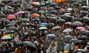 Rajesh Khanna funeral: Fans and mourners hold umbrellas as it rains during the funeral