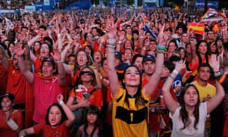 Spanish fans watch Euro 2012 final