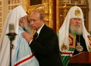 Politicians kiss: Putin and Metropolitan Laurus, 2007.