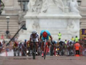 The conclusion to the road race sees Alexandr Vinokurov of Kazakhstan outsprinting Rigoberto Uran Uran of Colombia to win gold