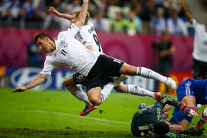 Euro picks: Germany's Klose and Schuerrle fall over Greece's goalkeeper Sifakis