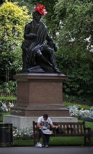 Hatwalk gallery: Robert Burns' statue on Victoria Embankment