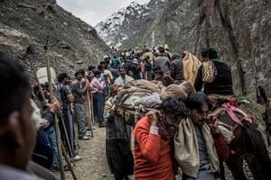 FTA: Daniel Berehulak: The lifeless body of a Hindu pilgrim is carried by Kashmiri guides