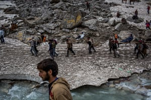 FTA: Daniel Berehulak: Hindu pilgrims are carried on palanquins by Kashmiri bearers over a glacier