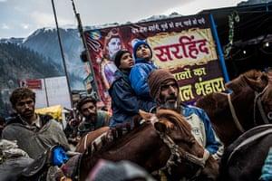 FTA: Daniel Berehulak: Young Hindu pilgrims wait on horses during a traffic jam
