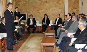 Head investigator Kiyoshi Kurokawa speaks to politicians