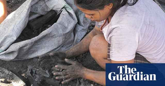 Making charcoal in Ulingan slum, the Philippines – in pictures
