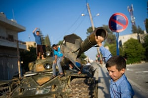 24 hours : A boy plays with a tank in Azaz
