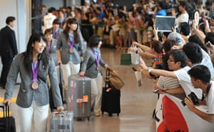 Olympiads return home: Japanese women's volleyball team at airport