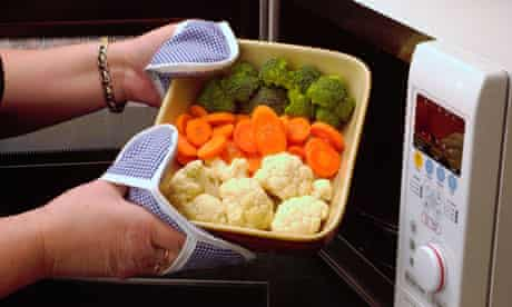 Cooking vegetables in a microwave oven