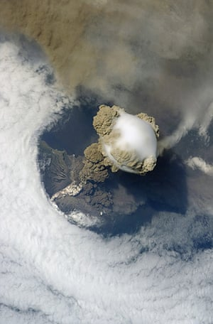 Clouds: Pileus cloud above the Sarychev volcano