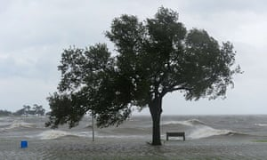 Isaac update: Strong winds and big waves engulf Lake Pontchartrain in New Orleans
