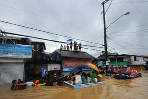 Floods in Manila: Rescuers use rubber boats to evacuate re