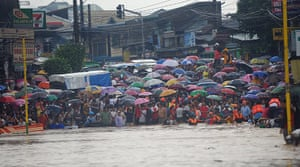 Floods in Manila: Residents wait for their family members