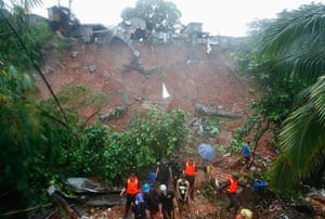 Floods in Manila: Rescuers search for victims buried by a landslide