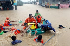 Floods in Manila: Rescuers pull a rubber boat