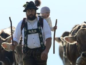 Швейцарские фермерши в календаре на 2018 год (13 фото)