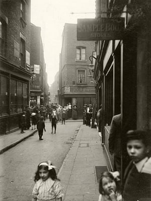 Spitalfields: Widegate St looking towards Artillery Passage