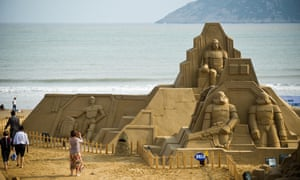 A sand sculpture depicting a movie scene of Star War is pictured during an exhibition in Zhoushan City, east China's Zhejiang Province. The exhibition with the theme of Dreamlike Tour of Movie kicked off Wednesday at Nansha Scenic Area in Zhoushan, exhibiting more than 50 sand sculptures of 35 artists from home and abroad.